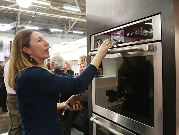 Jenn-Air帶來了與無線網絡結合的可遠距離遙控的烤箱,該烤箱通過一個手機的應用軟件就可以在辦公室設置好烤箱的烹調模式。(杜國輝/大紀元)