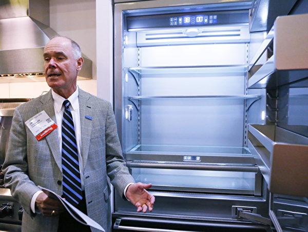 維京生產的高端冰箱內裝離子發生裝置,可有效防止食物及冰箱邊緣、縫隙中細菌的生成,可有效延長食物存放時間。(杜國輝/大紀元)