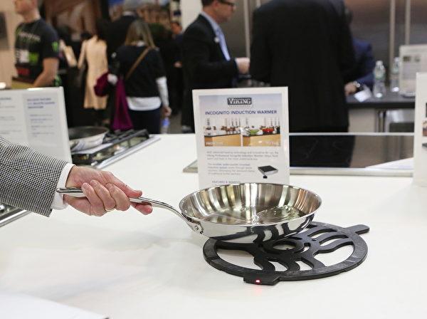 維京公司帶來的桌面電磁爐設計新穎,在一個普通的桌面下安裝該爐灶部件,桌面上只需放置相應的絕熱支架,設計簡潔且極易清潔。(杜國輝/大紀元)