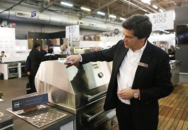 Kalamazoo室外廚具帶來的包括全不銹鋼手工製作的烤肉爐和比薩烤爐。該公司老闆Pantelis Georgiadis在介紹他的產品。(杜國輝/大紀元)