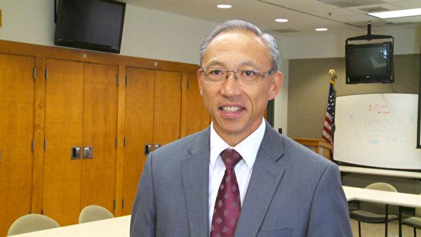 亚凯迪亚警察局中村罗伊(Roy Nakamura)中尉鼓励华人,要积极与警方配合,不要怕贼人,要树立正气。(杨阳/大纪元)