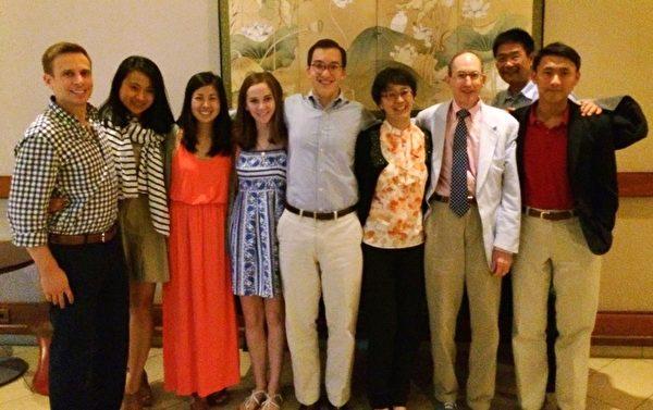 白越珠(右4)和家人朋友合照。(白越珠提供)