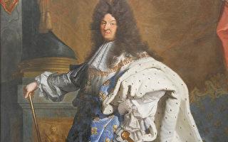 身著加冕大典的禮服的路易十四肖像圖局部圖。(Juliet Zhu/大紀元)