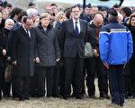 德国总理默克尔(左二)、法国总统奥 朗德(左一)和西班牙总理拉霍伊(左三)抵达失事航班的遇难现场,与救援队员会面。 (Photo by Peter Macdiarmid/Getty Images)