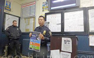 五分局负责交通事务的警员叶家杰向社区民众讲解交通安全三要素。(蔡溶/大纪元)