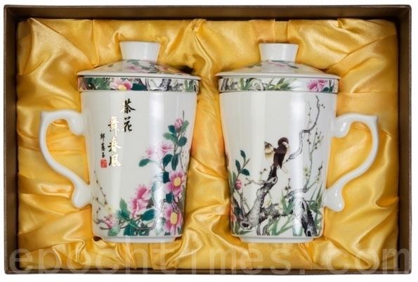 茶花舞春风三件公事杯(双入)。(庄孟翰/大纪元)