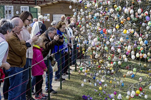 2015年3月25日,Kraft的复活节彩蛋苹果树已经成为旅游景点。(Jens Schlueter/Getty Images)