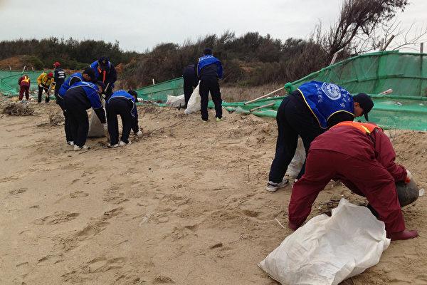 海巡署金门岸巡总队进行净滩,清除海漂垃圾。(金门岸巡总队提供)