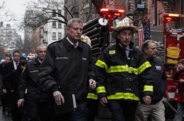 纽约市长白思豪(左)和纽约消防局局长丹尼尔.尼格罗(右)来到火灾现场查看灾情。 (AFP)