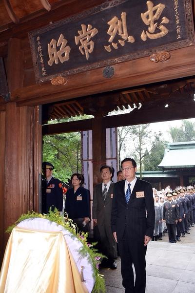 桃园市长郑文灿(中)代表市民对六位英雄表达永远的追思及敬意。(徐乃义/大纪元)