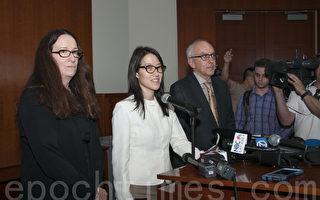 图:美国硅谷KPCB创投公司前华裔合伙人鲍康如(Ellen Pao)在控告公司性别歧视案中败诉。图为鲍康如(左二)3月27日在律师陪同下举行发布会。(周凤临/大纪元)