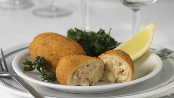 在Aux Armes de Bruxelles,炸蝦條(croquette aux crevettes)是最受歡迎的菜之一,多年來餐廳一直堅持自製蝦條。炸的金黃的表皮十分酥脆,薄厚適中;一口咬下,流出濃郁的奶酪和填充飽滿的小褐蝦,滿口留香。(Aux Armes de Bruxelles餐廳提供)