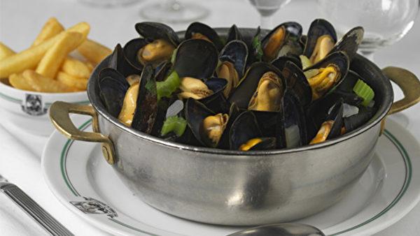 Aux Armes de Bruxelles 餐廳的創始人Cailxte Veulemans先生發明了用獨特小鍋烹製海虹,這個方法一下子風靡了歐洲各國並沿用至今。(Aux Armes de Bruxelles餐廳提供)