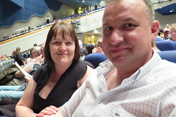 2015年3月28日,James Ferguson先生和Cheryl Hollies女士观看了伯明翰神韵演出。(文华/大纪元)