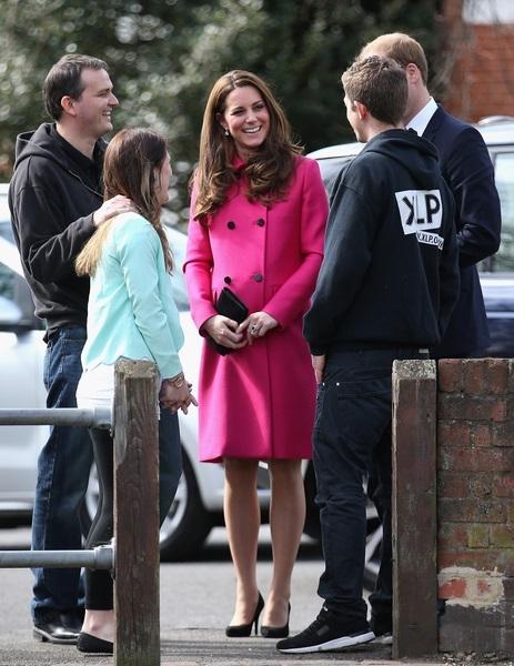 3月27日,英國威廉王子和妻子凱特王妃(中)訪問了倫敦的一家社區學習中心。(Chris Jackson/AFP)