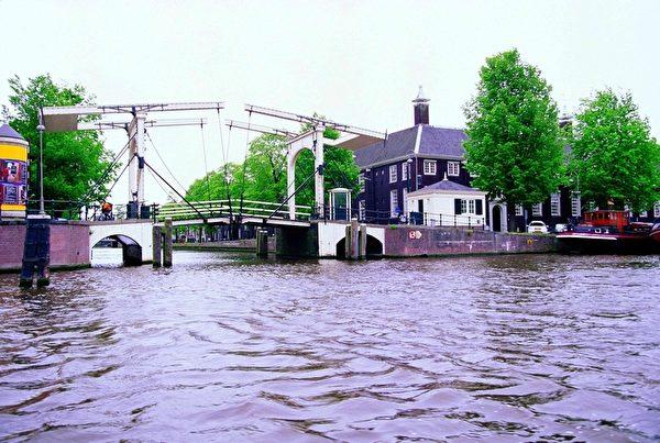 荷蘭阿姆斯特丹像這樣的水閘有上百座。(大紀元)