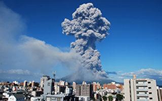 圖為日本鹿兒島的櫻島2013年8月18日下午火山爆發,噴出高5,000米的煙塵。(AFP/CLIENTS JAPAN OUT)