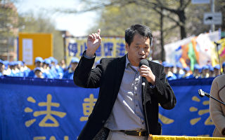"""图为2014纽约民众纪念""""四·二五""""集会,中国和平主席唐柏桥先生。(戴兵/大纪元)"""