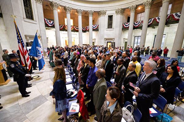 5月22日,美国国土安全部长Jeh Johnson 带领移民在联邦大厅(Federal Hall National Memorial) 宣誓入籍。这75名移民来自世界31个国家,这一天,他们都成为了美国人,为此感到骄傲和自豪。(戴兵/大纪元)