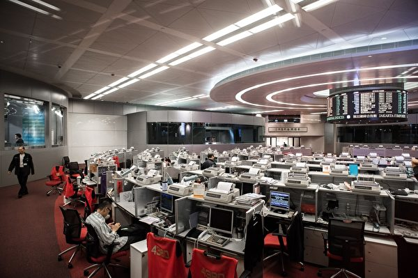 香港经济专家担忧,香港股市A股化,令散户面临风险。图为香港证交所大堂。       (PHILIPPE LOPEZ/AFP/Getty Images)