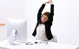 工作需久坐、久站的朋友们藉由伸展运动改善身体的血液循环。(Fotolia)