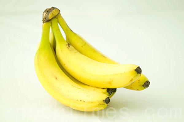 失眠者可以適量吃香蕉,香蕉中的色胺酸可提升睡眠品質。(孫明國/大紀元)