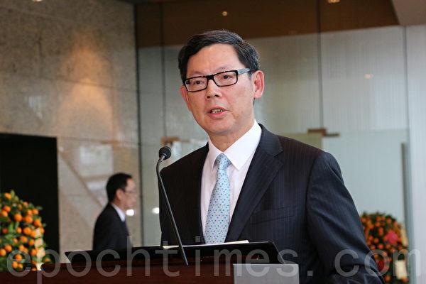 金管局总裁陈德霖强调,两地互通之后,大陆投资者的决定及取向,会影响到香港的股票市场,提醒投资者小心股市上下风险。(梁珍/大纪元)