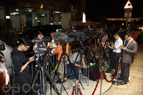 大批传媒昨晚在港视总部外守候。(陈雯文/大纪元)