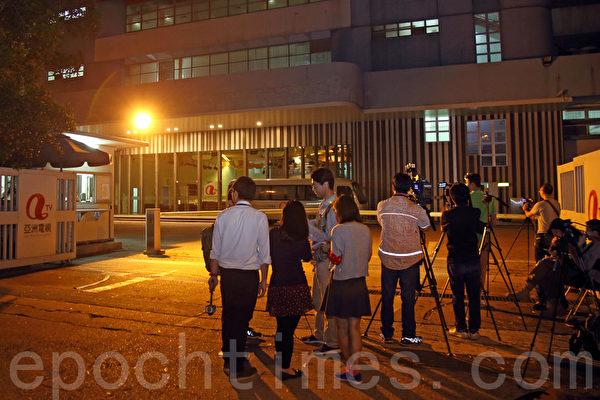 大批传媒昨晚在亚视总部外守候。(潘在殊/大纪元)