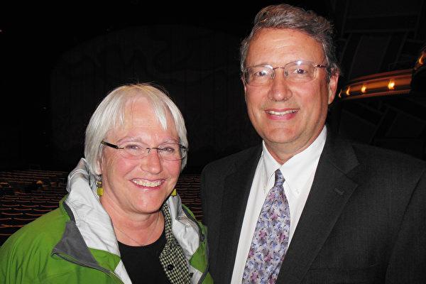 一家医院癌症中心前主管Peter Kenyon和太太Patti Kenyon3月31日晚观看了神韵巡回艺术团在俄勒冈州尤金市霍特中心的演出。(李辰/大纪元)