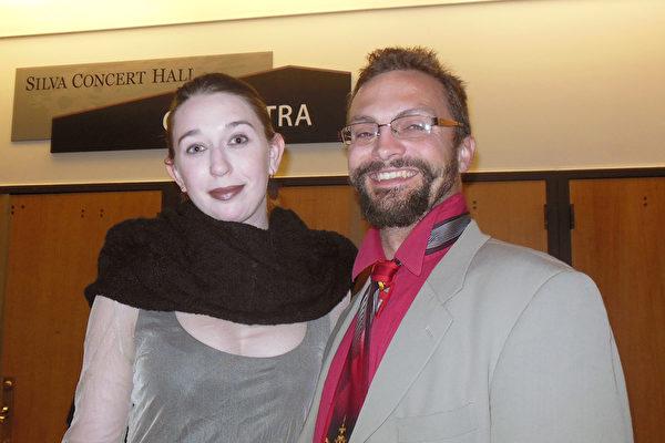 两位舞蹈演员Tracy Cooke先生和Anna Pearson女士观看了3月31日神韵巡回艺术团在美国俄勒冈州尤金市霍特中心演出。(李辰/大纪元)
