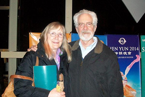 Susan Bradley女士和丈夫一起观看了美国神韵巡回艺术团在俄勒冈州尤金的演出。(舜华/大纪元)