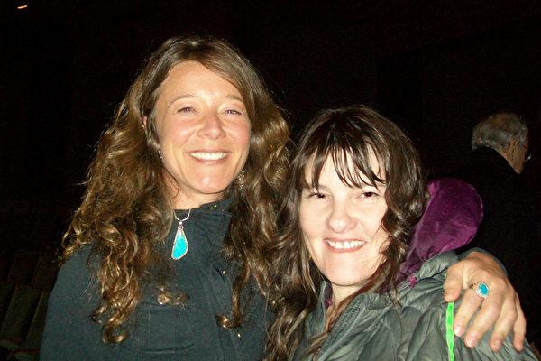 注册按摩师Brenda Wilson和朋友Kalen Kimsy观看了3月31日晚上神韵巡回艺术团在尤金霍特中心(Hult Center)的演出。(舜华/大纪元)