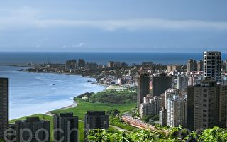 """以前淡水小平顶被戏称""""八挂山"""",但新豪宅指标万通台北2011却以高出市价四倍的价格迅速完销,且约50%购屋客都是陆资。(王仁骏 /大纪元)"""