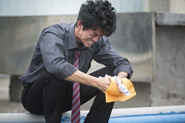 吳慷仁在《麻醉風暴》裡展現極強的戲劇張力。(公視提供)