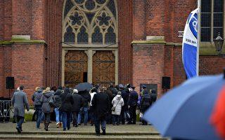 在德國之翼空難中失去18位師生的德國小鎮Haltern,4月1日在當地教堂為遇難者舉行了哀悼活動。數百居民無法進到教堂裡,就在教堂外的廣場上默默祈禱。(SASCHA SCHUERMANN/AFP/Getty Images)