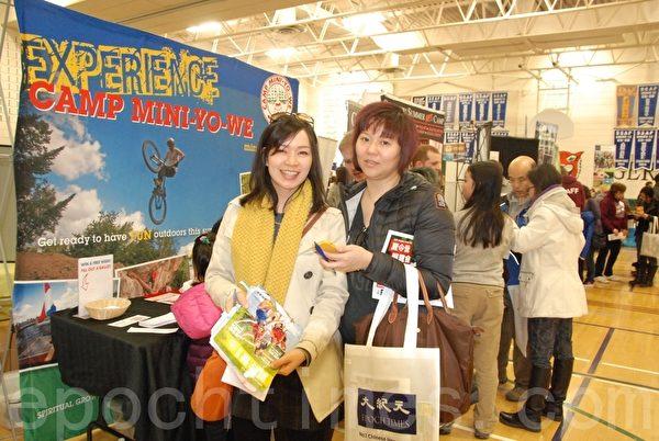 作为家长代表的吴女士(左)和刘女士(右)前来展览会收集信息。(伊铃/大纪元)