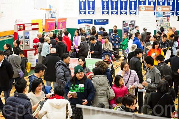 3月29日下午,近千名华人参加了大纪元报社主办的夏令营展的活动,现场气氛热闹,很多人都是满意而归。(艾文/大纪元)
