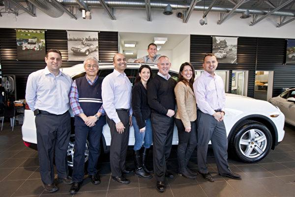 Porsche of Roslyn车行的销售团队,最上是销售经理Eric S. Breitman。(孙华/大纪元)