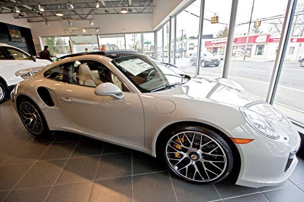 美国东北部最大保时捷车行Porsche of Roslyn。(孙华/大纪元)