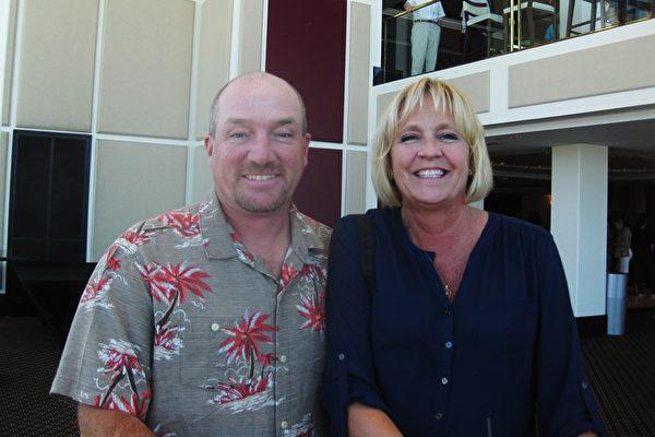 美国佛罗里达州圣彼得堡市政府的工作人员Arthur Brown和妻子Andrea观看了2015年4月4日神韵艺术团在当地的演出。(艾兰/大纪元)