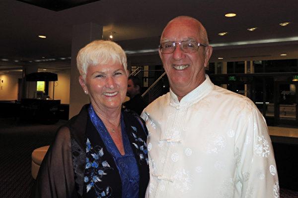 太极拳教练Richard Curtis和太太Mary Curtis观看了4月4日晚神韵世界艺术团在佛州圣彼得堡市的马哈菲剧院的最后一场演出。(林南/大纪元)