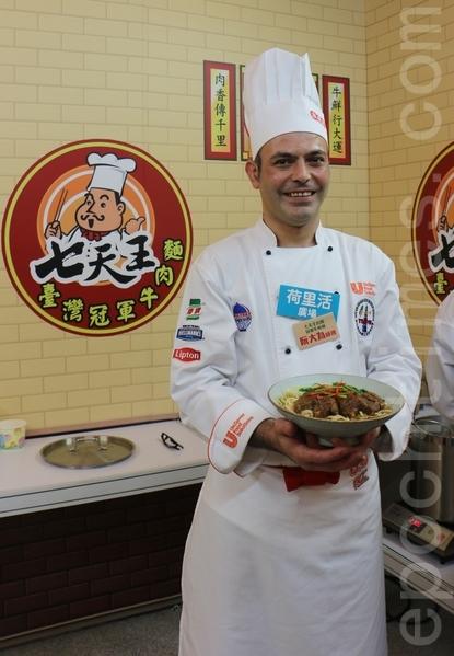 """来自伊朗的老外今次将独特的手艺带来香港,他的""""一品牛肉面""""加入了波斯人爱用的香料。(王文君/大纪元)"""