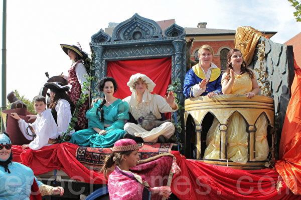 2015年4月5日,澳洲維省著名金礦班迪戈舉行復活節盛裝大遊行。(陳明/大紀元)