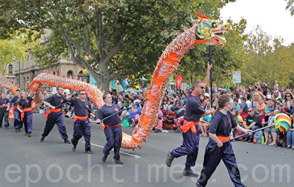 2015年4月5日,澳洲維省著名金礦班迪戈舉行復活節盛裝大遊行。圖為當地民眾表演的舞龍。(陳明/大紀元)