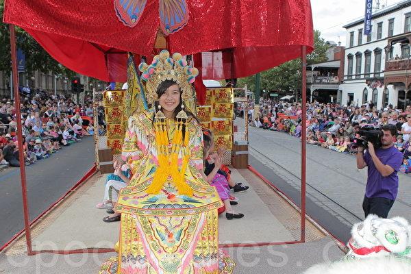 2015年4月5日,澳洲維省著名金礦班迪戈舉行復活節盛裝大遊行。圖為班迪戈當地華裔的表演隊伍。(陳明/大紀元)