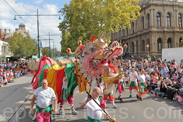 2015年4月5日,澳洲維省著名金礦班迪戈舉行復活節盛裝大遊行。圖為世界上最長的游龍——太陽龍(Sun Loong)。(陳明/大紀元)