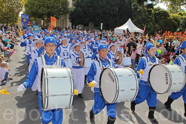 2015年4月5日澳洲維省著名金礦班迪戈舉行復活節盛裝大遊行。(陳明/大紀元)
