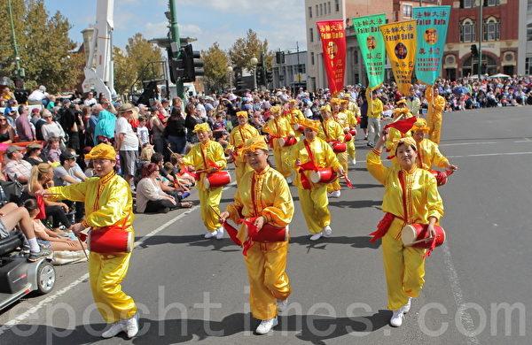 2015年4月5日澳洲維省著名金礦班迪戈舉行復活節盛裝大遊行。圖為法輪功學員表演的腰鼓。(陳明/大紀元)