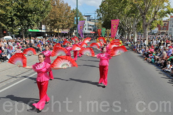 2015年4月5日澳洲維省著名金礦班迪戈舉行復活節盛裝大遊行。圖為法輪功學員表演的扇子舞。(陳明/大紀元)